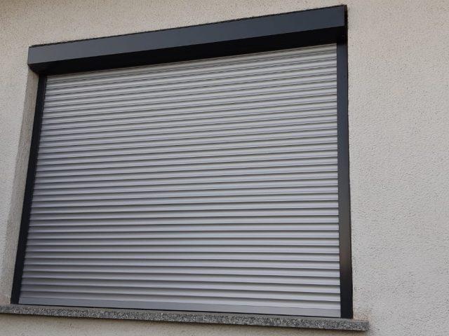 Fenster mit Sonnenschutz (Rollo)